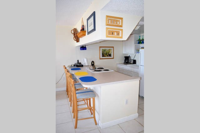 Fully equipped kitchen and four counter stools